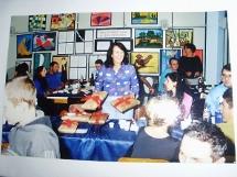 Foto da Professora e seus alunos na vernissagem da exposi��o.