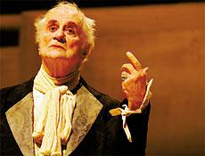 Paulo Autran representando a peça O Avarento