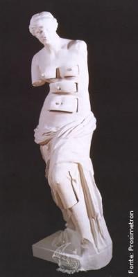 """Vénus de Milo com gavetas, 1964, bronze, 98.50 x 32.50 cm, localizada no Museu-Teatro Dalí, Figueras, Espanha. Releitura surrealista, feita por Salvador Dali, da escultura grega Vênus de Milo, que representa a deusa grega Afrodite, do amor sexual e beleza física, tendo ficado no entanto mais conhecida pelo seu nome romano, Vénus. Dalí disse:  &ldquoA única diferença entre a Grécia imortal e a época contemporânea é Sigmund Freud, que descobriu que o corpo humano, puramente platônico na época da Grécia, hoje em dia está cheio de gavetas secretas que somente a psicanálise é capaz de abrir"""". (salvadordalimuseum.org/) <br/> Palavras-chave: Vênus de Milo, escultura, mito, arte grega, Dali, Surrealismo, Sigmund Freud, releitura, apropriação, gavetas"""