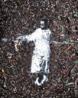 A Obra Sócrates faz parte de uma série de fotografias expostas na 24ª Bienal Internacional de São Paulo que apresenta figuras de meninos de rua retratados em seu ambiente, tendo como tema central sua condição de vida. A fotografia é redesenhada pelo artista Vik Muniz com o lixo do carnaval ( pontas de cigarro, confetes, serpentinas amassadas, tampinhas de cerveja, vidros quebrados, pedaços de madeira, tudo envolvido em terra e cascalho) e, novamente fotografada.<br /> <br /> Palavras-chave: Vick Muniz, fotografia, releitura, arte contemporânea.