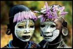 Pinturas corporais elaboradas pelos membros das tribos Surma e Mursi, localizadas no vale leste da África Omo. São composições coloridas feitas de pigmentos extraídos de pedras em pó, plantas, frutos e barro unidos a gravetos, palhas, flores e folhas exóticas. Foi fazendo inúmeras viagens, que o fotógrafo Hans Silvesters registrou a beleza das tribos Surma e Mursi. As fotos foram reunidas pelo fotógrafo no livro Natural Fashion (Moda Natural, em tradução livre), lançado pela editora Thames & Hudson. <br/><br/> Palavras-chave: pintura corporal, tribos surma e mursi, pigmentos, fotógrafo hans silvesters, editora thames & hudson