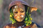 Pinturas corporais elaboradas pelos membros das tribos Surma e Mursi, localizadas no vale leste da África Omo. São composições coloridas feitas de pigmentos extraídos de pedras em pó, plantas, frutos e barro unidos a gravetos, palhas, flores e folhas exóticas. Foi fazendo inúmeras viagens, que o fotógrafo Hans Silvesters registrou a beleza das tribos Surma e Mursi. As fotos foram reunidas pelo fotógrafo no livro Natural Fashion (Moda Natural, em tradução livre), lançado pela editora Thames & Hudson. <br/><br/> Palavras-chave: pintura corporal, tribos surma e mursi, pigmentos, fotógrafo hans silvesters, editora thames & hudson.