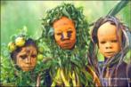 Pinturas corporais elaboradas pelos membros das tribos Surma e Mursi, localizadas no vale leste da África Omo. São composições coloridas feitas de pigmentos extraídos de pedras em pó, plantas, frutos e barro unidos a gravetos, palhas, flores e folhas exóticas. Foi fazendo inúmeras viagens que o fotógrafo Hans Silvesters registrou a beleza das tribos Surma e Mursi. As fotos foram reunidas no livro Natural Fashion (Moda Natural, em tradução livre), lançado pela editora Thames & Hudson. <br/> Palavras-chave: pintura corporal, tribos Surma e Mursi, pigmentos, fotógrafo Hans Silvesters, editora Thames & Hudson