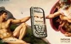 Apropriação da obra &quot;Nascimento do Homem&quot; de Michelangelo. O publicitário utilizou uma obra renascentista para mostrar ao futuro comprador como Nokia deixa a imagem tão ou mais perfeita que uma obra-prima. A pintura &quot;Nascimento do Homem&quot; encontra-se no teto da Capela Sistina, um dos trabalhos mais longos do pintor e escultor renascentista Michelangelo Buonarroti (1475-1564), que levou o período de 1508 a 1512 para narrar nove episódios do Gênese. Veja também o vídeo Arte na Publicidade I,II,III. <br/> Palavras-chave: Gênesis, Michelangelo, Capela Sistina, Nascimento do Homem, Nokia, propaganda, Renascimento, apropriação