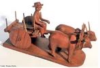 Esculturas em madeira são encontradas em diversas civilizações, antigas e modernas. No Brasil, está intimamente ligada à cultura popular, reproduzindo personagens e atividades típicas de cada região. <br/> Palavras-chave: artesanato, cultura popular, madeira, entalhe