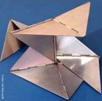 Lygia Pimentel Lins (1920 - 1998), mineira, foi pintora e escultora. Mudou-se para o Rio de Janeiro, em 1947, e iniciou seu aprendizado artístico com Burle Marx. Foi uma das fundadoras do Grupo Neoconcreto e participou da sua primeira exposição, em 1959. Gradualmente, trocou a pintura pela experiência com objetos tridimensionais. Realizou obras participacionais como a série Bichos, de 1960 a 1964, construções metálicas geométricas que se articulam por meio de dobradiças e requerem a participação do público. Recebeu o prêmio de melhor escultora na Bienal Internacional de São Paulo em 1961. Dedicou-se também ao estudo das possibilidades terapêuticas da arte sensorial. <br/> Palavras-chave: Bicho, Neoconcreto, obras participacionais, escultura metálica, escultura geométrica