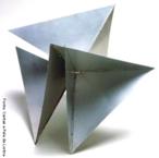 Lygia Pimentel Lins (1920 - 1998), mineira, foi pintora e escultora. Mudou-se para o Rio de Janeiro, em 1947, e iniciou seu aprendizado artístico com Burle Marx. Foi uma das fundadoras do Grupo Neoconcreto e participou da sua primeira exposição, em 1959. Gradualmente, trocou a pintura pela experiência com objetos tridimensionais. Realizou obras participacionais como a série Bichos, de 1960 a 1964, construções metálicas geométricas que se articulam por meio de dobradiças e requerem a participação do público. Recebeu o prêmio de melhor escultora na Bienal Internacional de São Paulo em 1961. Dedicou-se também ao estudo das possibilidades terapêuticas da arte sensorial. <br/>  Palavras-chave: Bichos, Neoconcreto, objetos tridimensionais, obras participacionais, construções metálicas geométricas, escultura