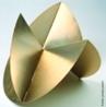 Lygia Pimentel Lins (1920 - 1998), mineira, foi pintora e escultora. Mudou-se para o Rio de Janeiro, em 1947, e iniciou seu aprendizado artístico com Burle Marx. Foi uma das fundadoras do Grupo Neoconcreto e participou da sua primeira exposição, em 1959. Gradualmente, trocou a pintura pela experiência com objetos tridimensionais. Realizou obras participacionais como a série Bichos, de 1960 a 1964, construções metálicas geométricas que se articulam por meio de dobradiças e requerem a participação do público. Recebeu o prêmio de melhor escultora na Bienal Internacional de São Paulo em 1961. Dedicou-se também ao estudo das possibilidades terapêuticas da arte sensorial. </br> Palavras-chave: Bichos, Neoconcreto, objetos tridimensionais, obras participacionais, construções metálicas geométricas, esculturas