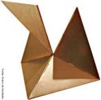Lygia Pimentel Lins (1920 - 1998), mineira, foi pintora e escultora. Mudou-se para o Rio de Janeiro, em 1947, e iniciou seu aprendizado artístico com Burle Marx. Foi uma das fundadoras do Grupo Neoconcreto e participou da sua primeira exposição, em 1959. Gradualmente, trocou a pintura pela experiência com objetos tridimensionais. Realizou obras participacionais como a série Bichos, de 1960 a 1964, construções metálicas geométricas que se articulam por meio de dobradiças e requerem a participação do público. Recebeu o prêmio de melhor escultora na Bienal Internacional de São Paulo em 1961. Dedicou-se também ao estudo das possibilidades terapêuticas da arte sensorial. <br/> Palavras-chave: Bichos, Neoconcreto, objetos tridimensionais, obras participacionais, construções metálicas geométricas, esculturas