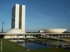 Congresso Nacional(1956-1960), complexo arquitetônico criado por Oscar Niemeyer, que se tornou um dos símbolos de Brasília. Composto por dois prédios altos, de linhas retas e duas construções em forma de concha, concluído em 1960. Localizados na Praça dos Três Poderes, os dois prédios altos são os &quot;blocos administrativos&quot;, cada um com 27 andares. A concha voltada para baixo, implica nos intentos do entes federativos representados pelos senadores. Já a concha voltada para cima, materializa o sentimento de clamor popular representado pelos deputados federais. <br/><br/> Palavras-chave: congresso nacional, oscar niemeyer, brasília, praça três poderes, blocos administrativos