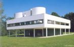 &quot;Vila Savoye&quot; (1929-1931) do arquiteto suíço Charles Edouard Jean Neret (1887-1965), conhecido com o nome profissional de Le Corbusier. Este pensava que a casa deveria ser bonita e confortável, mas também lógica, funcional e eficiente (uma &quot;máquina de morar&quot;), perfeitamente apta para atender às necessidades dos ocupantes. Seu melhor exemplo de &quot;máquina de morar&quot;, uma casa branca, de linhas retas, inteira ou parcialmente apoiada em pilotis, pilares de concreto que sustentam a base ou piso de construção a certa altura do solo, liberando esse espaço para diversos usos. Vila Savoye recebe tanta luz natural em seu interior que ganhou o apelido de Les Heures Claires (As Horas Claras). <br/><br/> Palavras-chave: vila savoye, le corbusier, máquina de morar, funcional, arquiteto, casa