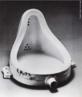 Marcel Duchamp (França, 1889 - 1968). Um dos precursores da arte conceitual e idealizador de &quot;ready made&quot; (literalmente, &quot;feito pronto&quot;) como objeto de arte, a saber, o transporte de um elemento do cotidiano para o campo das Artes. &quot;A fonte&quot; é seu &quot;ready made&quot; mais famoso. Duchamp simplesmente comprou um urinol numa loja, assinou como &quot;R. Mutt&quot; e enviou para a seleção do júri de uma mostra de artes em Nova York. O objeto foi recusado, mas entrou para a história como uma das referências artísticas do século XX. <br/> Palavras-chave: Marcel Duchamp, arte conceitual, dadaísmo, arte moderna, ready made