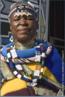 A Artista Sul-africana Esther Mahlangu de 75 anos, nascida em 1935, pertence à comunidade Ndebele de Gauteng, ao norte de Pretoria. Pioneira em colocar as cores e formas Ndebele em telas, até então realizadas somente nos murais das casas. Desenha à mão livre, sem medições ou esboços utilizando tintas brilhantes. A sua arte é fortemente marcada pelo estilo original de sua tribo, que emprega pinturas especiais nas paredes através de formas geométricas e multicoloridas. Em 1989, quando tinha 55 anos, foi a primeira mulher de sua tribo a cruzar o oceano, a transpôr os murais para telas e levar as convenções do seu trabalho a um público mais vasto. Isso aconteceu, porque viajou até Paris para criar os murais da exposição &ldquo;Magiciens de la Terre&rdquo;, e recebeu encomendas de trabalhos para museus e outros edifícios públicos como o Civic Theater de Johannesburgo, para a BMW, entre outras. Conquistou a Europa com sua pintura colorida e logo caiu nas graças de gente como Andy Warhol, Alexander Calder e Frank Stella. <br/><br/> Palavras-chave: artista esther mahlangu, pintura geométrica, ndebele, pintura em tela, pintura mural.