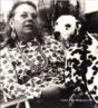 Pintora, desenhista, ilustradora e cenógrafa, Djanira Motta e Silva (1914 - 1979) começou a desenhar quando se tratava de uma tuberculose, em São Paulo, nos anos 30. No ano de 1943, Djanira expõe pela primeira vez, na Associação Brasileira de Imprensa. Morando em Nova York de 1945 a 1947, sofre influência de Pieter Brueghel. De volta ao Brasil, pintou o mural Candomblé, na casa do escritor Jorge Amado. Uma de suas obras públicas mais importantes foi feita em 1963: o painel de azulejos Santa Bárbara, com 160 m2, no túnel Catumbi, Laranjeiras, Rio de Janeiro. Profundamente religiosa, Djanira ingressou a Ordem Terceira Carmelita e foi a primeira artista latinoamericana a ter obras no Museu do Vaticano: o quadro Santana de Pé, doada ao acervo do museu, foi pintado com o braço esquerdo, pois ela havia fraturado a clavícula. (Terra - Gente & TV) <br/><br/>