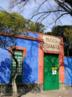 Museu Frida Kahlo inaugurado em 1957, quatro anos após sua morte. O museu está localizado na antiga residência da pintora em Coyoacán, no México. A &quot;casa azul&quot;, como também é conhecido, possui grande acervo de quadros e objetos de Frida Kahlo, tida como uma mulher à frente de seu tempo e uma das pintoras mais importantes da história da arte. <br/> Palavras-chave: Frida Kahlo, arte moderna, México, museu
