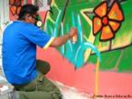 O graffiti difere da pichação principalmente por exigir o domínio de algumas técnicas. Muitos grafiteiros desenvolvem técnicas próprias, sendo possível distinguir seus trabalhos de outros. No grafite tambem há uma preocupação com a estética e com a segurança. Na foto, vemos um artista utilizando máscara protetora. <br/> Palavras-chave: grafite, arte de rua, pichação, graffiti