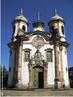 Igreja de São Francisco de Assis (1764/1766-1810) contém parte da obra de Aleijadinho. Construída em Ouro Preto, na evolução do período barroco. No Brasil do século XVII surgiram grandes construções, porém a maioria das obras era de portugueses. Entre os primeiros e mais importantes arquitetos brasileiros, destaca-se um mineiro que se dedicou também à escultura. Trata-se de Antonio Francisco Lisboa (1730/1738-1814), mais conhecido como Aleijadinho, por causa de uma doença que o atingiu por volta dos 50 anos. Filho de um arquiteto português e de uma escrava, Antonio F. Lisboa nasceu e viveu em Vila Rica, atual Ouro Preto, cidade que por sua arquitetura barroca inconfundível, em 1980, foi proclamada Patrimônio Histórico da Humanidade.