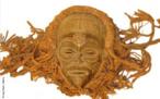 Máscara - casco chokwe (Angola).Dimensões: 32x32. Material: madeira, rafia, fibras. Sem data  As máscaras são as formas mais conhecidas da arte africana. Representa a soma de elementos símbólicos e místicos, usadas em rituais e funerais. Os africanos acreditam no poder da absorção das forças mágicas dos espíritos, obtendo a cura de doentes, entre outras coisas. São criadas a partir do barro, marfim, metais, mas o material mais utilizado é a madeira. São confeccionadas em segredo na selva, para conseguir o estabelecimento da purificação e da ligação com a entidade sagrada. <br/> Palavras-chave: arte africana, máscara, funeral, ritual, espírito, sagrada, Angola