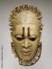 Máscara Pingente de Benin, Nigéria. Provavelmente séc. XVI. Marfim. Alt., 19 cm. Metropolitan Museum  As máscaras são as formas mais conhecidas da arte africana. Representa a soma de elementos símbólicos e místicos, usadas em rituais e funerais. Os africanos acreditam no poder da absorção das forças mágicas dos espíritos, obtendo a cura de doentes, entre outras coisas. São criadas a partir do barro, marfim, metais, mas o material mais utilizado é a madeira. São confeccionadas em segredo na selva, para conseguir o estabelecimento da purificação e da ligação com a entidade sagrada. <br/> Palavras-chave: arte africana, máscara, funeral, ritual, espírito, sagrada
