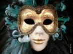 A máscara é um acessório utilizado para cobrir o rosto, com diversas finalidades: lúdica, religiosa, artística, proteção, etc. As máscaras venezianas são criações exclusivas de artesãos italianos usadas em baile ou no carnaval. <br/> Palavras-chave: máscara, carnaval, Veneza, carnaval