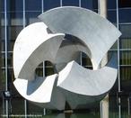 &quot;Meteoro&quot;(1967/1968), escultura em mármore branco, feita pelo escultor e professor Bruno Giorgi (Mococa SP 1905 - Rio de Janeiro RJ 1993). Localizada em frente ao Palácio do Itamaraty, no lago do edifício do Ministério das Relações Exteriores, em Brasília. O estilo de Bruno Giorgi atravessou diversas fases. Simplificando-se cada vez mais, evoluiu do realismo para as grandes formas estilizadas. <br/><br/> Palavras-chave: meteoro, bruno giorgi, escultura, escultor, brasília