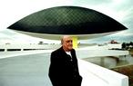 """Uma das imagens feitas diariamente, durante seis meses, do trabalho de construção do museu, inclusive do próprio Oscar Niemeyer em frente ao """"Olho"""", além dos operários e da exposição de outras obras artísticas já expostas. """"O maior prêmio que um homem pode dar a si mesmo é deixando um pouco a sua história para as pessoas"""", disse o fotógrafo, sobre o acervo de imagens da construção do MON.  Palavras-chave: Brasília, Oscar Niemeyer, arquitetura, MON, Museu Oscar Niemeyer, Museu do Olho"""