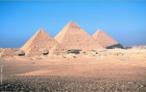 Estas três majestosas pirâmides foram construídas como tumbas reais para os Reis Quéops, Quéfren e Miquerinos , respectivamente pai, filho e neto.