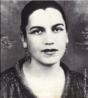 """Tarsila do Amaral (1886-1973) foi uma das mais importantes artistas do Brasil. Após passar dois anos em Paris, retorna a São Paulo em 1922 para integrar o """"Grupo dos Cinco"""", que defende as ideias da Semana de Arte Moderna e toma a frente do Movimento Modernista do país. Nessa mesma época, começa o seu romance com o escritor Oswald de Andrade, com quem fica até 1930. Seus quadros mais famosos são o Abaporu, de 1928, e Operários, de 1933. O Abaporu foi dado de presente de aniversário para Oswald de Andrade. Empolgado com a obra, ele criou o Movimento Antropofágico. (Terra - Gente & TV)"""