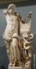 Obra romana encontrada na líbia que faz referência a Apolo considerado deus da luz e do sol, da verdade e da profecia, do tiro ao arco, medicina e cura, música, poesia e artes. <br/> Palavras-chave: Antiguidade, Roma, escultura, música