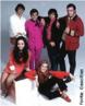 """Jovem Guarda foi um movimento surgido na segunda metade da década de 60, que mesclava música, comportamento e moda. Surgiu com um programa televisivo brasileiro exibido pela Rede Record, a partir de 1965. Os integrantes do movimento foram influenciados pelo Beat-Rock da década de 60, principalmente pelos Beatles. Com isso, faziam uma variação nacional do rock sessentista, batizada no país de """"Iê-Iê-Iê""""(expressão surgida em 1964, quando os Beatles lançaram o filme A Hard Days Nigth, batizado no Brasil de Os Reis do Iê-Iê-Iê), com letras românticas e descontraídas, voltada para o público jovem. A maioria de seus participantes teve como inspiração o rock da década de 60, comandado por bandas como Beatles e Rolling Stones. Foto: Eduardo Araújo, Vanderlei Cardoso, Roberto Carlos, Erasmo Carlos, Vanderléia e Martinha."""