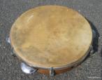 O pandeiro é um instrumento musical de percussão com rodelas (soalhas) duplas de metal enfiadas em intervalos ao redor de um aro de madeira. Pode ser brandido para produzir som contínuo de entrechoque, ou percutido com a palma da mão e os dedos.  Palavras-chave: .
