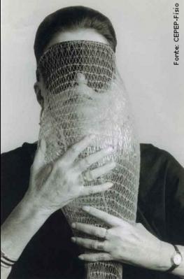 """Lygia Pimentel Lins (1920 - 1998), mineira, foi pintora e escultora. Mudou-se para o Rio de Janeiro, em 1947, e iniciou seu aprendizado artístico com Burle Marx. Foi uma das fundadoras do Grupo Neoconcreto e participou da sua primeira exposição, em 1959. Recebeu o prêmio de melhor escultora na Bienal Internacional de São Paulo em 1961. Em 1976, Lygia Clark inicia uma nova fase, estudando as possibilidades terapêuticas da arte sensorial com uma abordagem diferente para cada pessoa, usando os  """"Objetos relacionais """", que é a designação genérica atribuída por Lygia Clark a todos os elementos que utilizava nas sessões de Estruturação do Self – trabalho praticado de 1976 a 1988, no qual Lygia trabalha o  """"arquivo de memórias"""" dos seus pacientes, os seus medos e fragilidades, através do sensorial. Objeto Relacional Máscara abismo: um saco de rede sintética alaranjada (usado ainda hoje em supermercados para empacotar cebolas, batatas, etc) que envolve um saco plástico cheio de ar. Criado em diversas versões, este objeto era usado como máscara cobrindo o rosto do cliente, cuja extremidade prolongava-se sobre seu peito como a tromba de um animal.<br/><br/>Palavras-chave: Neoconcreto, objetos tridimensionais, arte sensorial, Objeto Relacional, Estruturação do Self, arquivo de memórias."""