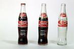 Inscrições em garrafas de vidro. 24,5 x 6,1 cm Ø [cada garrafa]. Coleção do Artista. Registro fotográfico Vicente de Mello. <br><br/> Palavras-chave: Coca-Cola. Cildo Meireles. Arte contemporânea.