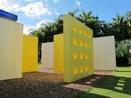 A obra-instalação Invenção da cor, Penetrável Magic Square # 5, De Luxe, de 1977, de Hélio Oiticica (1937-1980), foi feita a partir das maquetes chamadas de proposições ambientais. O artista começou a criar essas obras em 1960, pois só poderiam ser construídas em espaços abertos. Magic Square # 5 é composta de nove paredes em alvenaria, tinta acrílica, tela de arame e cobertura com estrutura de metal e vidro. É importante ressaltar aos alunos que essa obra se trata de uma Instalação. A Instalação é uma forma de arte que utiliza a ampliação de ambientes que são transformados em cenários do tamanho de uma sala. Pintura, escultura e outros materiais são usados conjuntamente para ativar o espaço arquitetônico. O espectador participa da obra e, portanto, não se comporta somente como apreciador.  <br><br/> Palavras-chave: Arte contemporânea. Helio Oiticica. Cor.