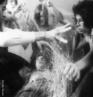 """Lygia Pimentel Lins (1920-1998), mineira, foi pintora e escultora. Mudou-se para o Rio de Janeiro, em 1947, e iniciou seu aprendizado artístico com Burle Marx. Foi uma das fundadoras do Grupo Neoconcreto e participou da sua primeira exposição, em 1959. Recebeu o prêmio de melhor escultora na Bienal Internacional de São Paulo em 1961. Em 1976, Lygia Clark inicia uma nova fase, estudando as possibilidades terapêuticas da arte sensorial com uma abordagem diferente para cada pessoa, usando os """"Objetos Relacionais"""", que é a designação genérica atribuída por Lygia Clark a todos os elementos que utilizava nas sessões de Estruturação do Self – trabalho praticado de 1976 a 1988, no qual Lygia trabalha o """"arquivo de memórias"""" dos seus pacientes, os seus medos e fragilidades, por meio do sensorial. A artista desenvolve, também, de 1967 a 1968, seus projetos para Proposições existenciais. Nesse período em que seu trabalho possui um caráter coletivo, ela agrega um novo elemento: um dos membros do grupo é escolhido para submeter-se à determinada ação dos demais, propiciada por objetos que a artista cria para este fim. São algumas destas propostas: """"Baba Antropofágica""""(1973). <br/><br/> Palavras-chave: Neoconcreto. Objetos tridimensionais. Arte sensorial. Objeto Relacional. Estruturação do Self. Arquivo de memórias. Proposta coletiva."""