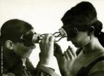 """Lygia Pimentel Lins (1920 - 1998), mineira, foi pintora e escultora. Mudou-se para o Rio de Janeiro, em 1947, e iniciou seu aprendizado artístico com Burle Marx. Foi uma das fundadoras do Grupo Neoconcreto e participou da sua primeira exposição, em 1959. Recebeu o prêmio de melhor escultora na Bienal Internacional de São Paulo em 1961. Em 1976, Lygia Clark inicia uma nova fase, estudando as possibilidades terapêuticas da arte sensorial com uma abordagem diferente para cada pessoa, usando os """"Objetos relacionais"""", que é a designação genérica atribuída por Lygia Clark a todos os elementos que utilizava nas sessões de Estruturação do Self – trabalho praticado de 1976 a 1988, no qual Lygia trabalha o """"arquivo de memórias"""" dos seus pacientes, os seus medos e fragilidades, através do sensorial. A artista desenvolve também de 1967 a 68 seus projetos para Proposições existenciais. Aqui, algumas propostas devem ser vividas a dois, esboçando-se já, as investigações de propostas coletivas da artista. É o caso de Diálogo: Óculos (1968).<br/><br/>Palavras-chave: Neoconcreto, objetos tridimensionais, arte sensorial, Objeto Relacional, Estruturação do Self, arquivo de memórias, proposta coletiva"""