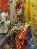 """Efigênia Ramos Rolim transforma papéis de bala, plásticos e outras sucatas em bonecos, animais, bolsas e roupas. Através de um falar repleto de rimas, Efigênia cria um universo fantástico e encantado, cativa seus ouvintes contando suas histórias com ajuda dos objetos que criou, dando a eles, de fato, vida. Sua produção ultrapassa as barreiras entre as Artes Cênicas e Visuais, e sua singularidade é propiciada pela forma que trabalha os """"restos"""" da realidade. <br><br/> Palavras-chave: Efigênia Rolim. Lixo. Reciclagem. Performance. Rainha do papel. Artista popular."""