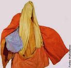 """Hélio Oiticica (1937/1980), carioca, foi pintor, escultor e performático brasileiro. É considerado um dos artistas mais revolucionários de seu tempo e sua obra experimental e inovadora é reconhecida internacionalmente. Foi um dos fundadores do Grupo Neoconcreto, em 1959. No fim da década de 1960, colabora com a Escola de Samba Estação Primeira de Mangueira. Envolve-se com a comunidade do Morro da Mangueira e dessa experiência nascem os Parangolés, que ele chamava de """"antiarte por excelência"""". Trata-se de tendas, estandartes, bandeiras e capas de vestir que fundem elementos como cor, dança, poesia e música e pressupõem uma manifestação cultural coletiva.<br/><br/>Palavras-chave: parangolé, performance, artista revolucionário, Neoconcreto, antiarte, capa, manifestação cultural coletiva."""