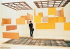 Hélio Oiticica (1937/1980), carioca, foi pintor, escultor e performático brasileiro. É considerado um dos artistas mais revolucionários de seu tempo e sua obra experimental e inovadora é reconhecida internacionalmente. Foi um dos fundadores do Grupo Neoconcreto, em 1959. Nesse mesmo ano, o artista marca o início da transição da tela para o espaço ambiental. Em 1960, cria os primeiros Núcleos, também denominados Manifestações Ambientais e Penetráveis, placas de madeira pintadas com cores quentes penduradas no teto por fios de nylon. Neles tanto o deslocamento do espectador quanto a movimentação das placas passam a integrar a experiência.<br/><br/>Palavras-chave: Penetrável, performance, artista revolucionário, Neoconcreto, Manifestações Ambientais, espaço ambiental, placas de madeira.
